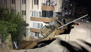 İzmir'de İstinat duvarı çöktü, apartman boşaltıldı