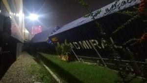 İzmir'de mermer taşıyan yük treni devrildi