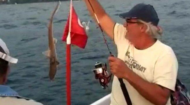 İzmir'de sandalla denize açılan ailenin oltasına iki adet köpek balığı takıldı