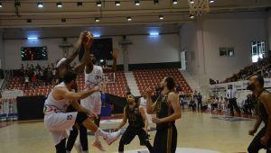 Petkimspor ,Akhisar Belediye'yi 75–72'lik skorla mağlup etti.