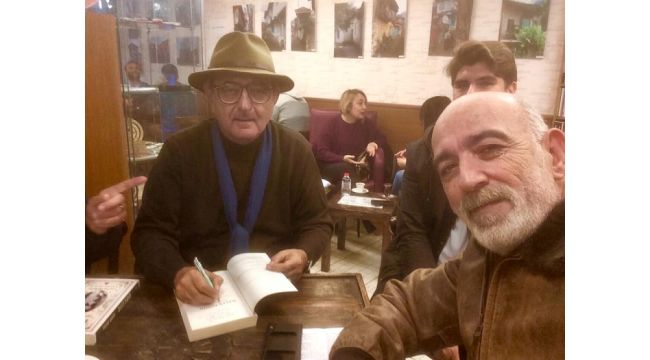 Yaşar Aksoy kitabını imzaladı