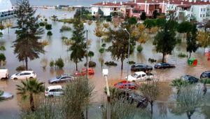 İzmir'de sağanak ve lodos; yollar göle döndü, binalara su doldu!