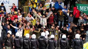Çeşme Belediyespor-Alaçatıspor maçında tribünler karıştı