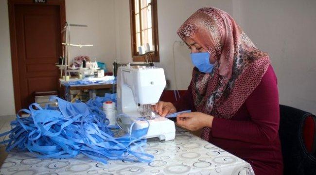 Bergama'nın kadınları sağlık çalışanları için günde bin maske dikiyor