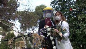 - İzmir'de maskeli ve sosyal mesafeli nikah