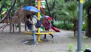 Çocuklar yağışa rağmen parklara koştu