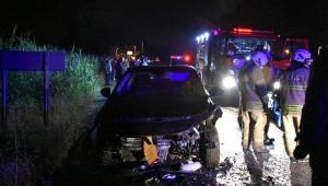 İzmir'de iki otomobil çarpıştı: 1'i ağır 3 yaralı