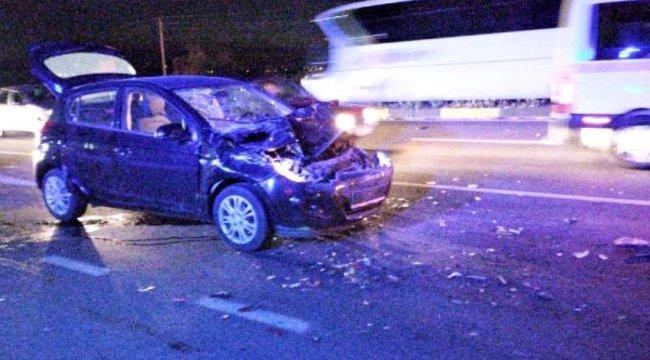 Kırmızı ışıkta bekleyen kamyona çarpan otomobildeki 3 kişi yaralandı