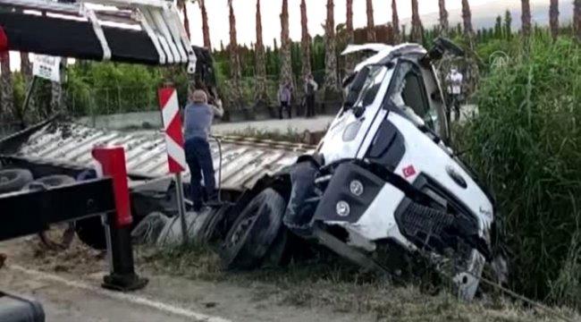 Kanala devrilen kamyonun sürücüsü hayatını kaybetti