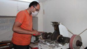 Görme engelli adam 20 yıldır bıçak bileme işi yapıyor