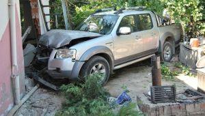 İzmir'de kamyonet evin bahçesine girdi: 1 ölü