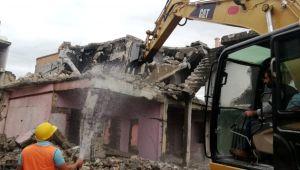 Adana'da metruk yapılar yıkılıyor
