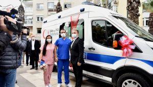 Doktor önlüğü gelinlik ve damatlık, ambulans gelin arabası oldu