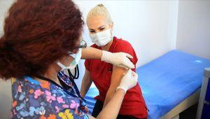 Birinci doz aşısını olan sağlık çalışanı sayısı 100 bini geçti