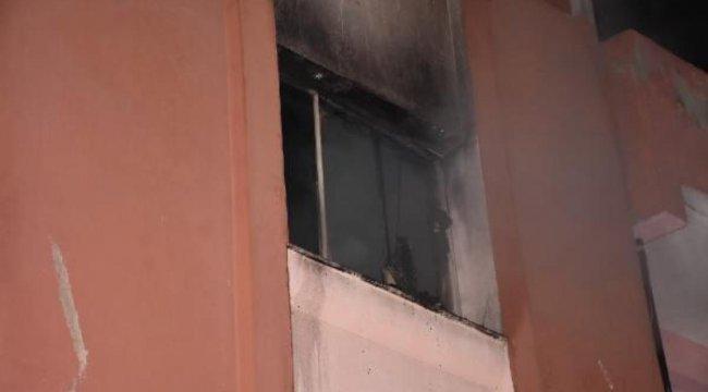 Şarj aleti tutuştu; çıkan yangında 1'i bebek 4 kişi dumandan etkilendi
