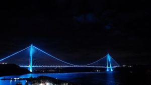 İstanbul' da köprüler maviye büründü
