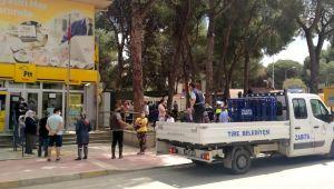 İzmir'de PTT önünde kalabalığa bariyerli önlem