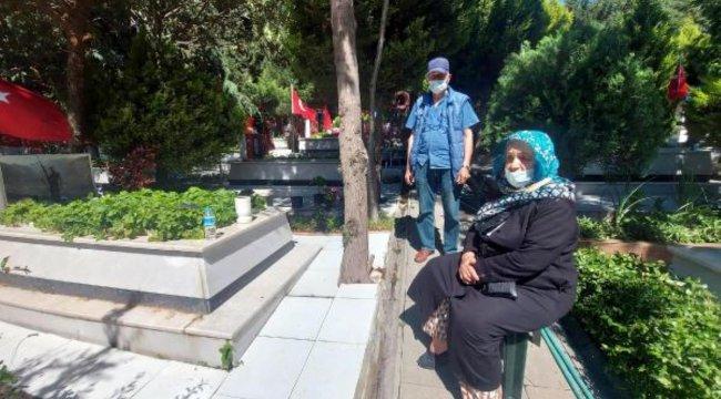 İzmir'de şehit yakınlarından bayramın ilk günü kabristan ziyareti