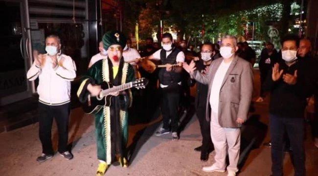 İzmirli sanatçılar vatandaşları orkestra eşliğinde sahura kaldırdı